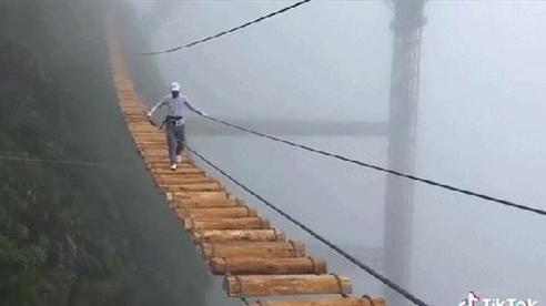 Xuất hiện clip du khách đi trên chiếc cầu treo giữa vách núi cheo leo tại một khu du lịch ở Việt Nam: trông còn đáng sợ hơn các cây cầu từng thấy ở Trung Quốc