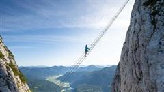 Bủn rủn cả tay chân với trải nghiệm leo thang chơi vơi giữa trời, bốn bề là vực thẳm: tim không vững thì đừng xem!