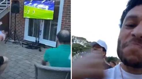 Khoảnh khắc 'độc' cầu thủ Liverpool mở hội ăn mừng