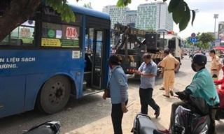 TPHCM: Xe buýt cuốn người phụ nữ vào gầm kéo lê nhiều mét