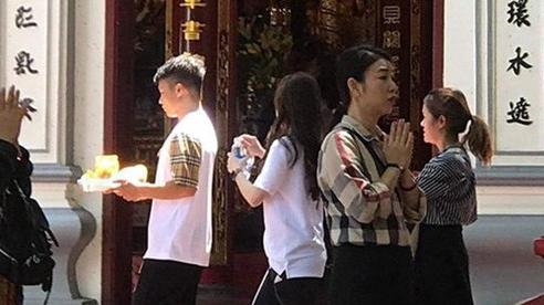 Quang Hải và Huỳnh Anh đi lễ, mong giải tỏa vận xui