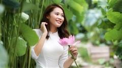 Người đẹp điền kinh Đinh Thị Bích nữ tính bất ngờ trong tà áo dài chụp bên hoa sen