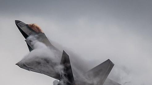 Mỹ điều 'chim ăn thịt' F-22 chặn 'quái vật săn ngầm' IL-38 của Nga