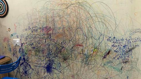 Cho con thoải mái vẽ 'tranh trừu tượng' lên tường, bố mẹ giờ đây chỉ biết khóc thét, lên mạng tìm người cùng cảnh ngộ
