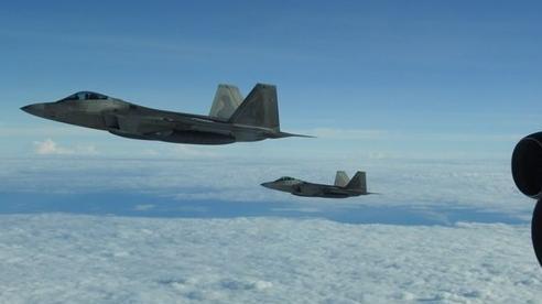 Mỹ điều tiêm kích F-22 chặn máy bay trinh sát Nga