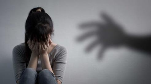 Bị cấm đi chơi, bé gái 14 tuổi viết đơn tố bố đẻ xâm hại tình dục