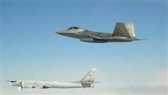 F-22 liều lĩnh chặn Tu-142 khi MiG-31 hộ tống