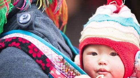 Ngày Gia đình Việt Nam: Khoảnh khắc đáng yêu của những em bé trên lưng mẹ