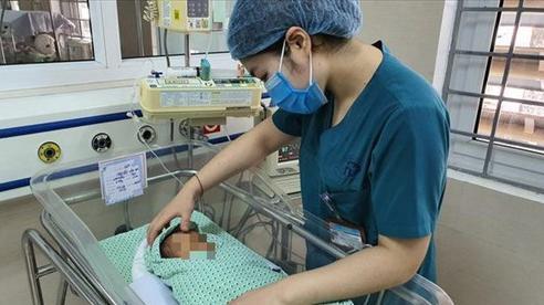 20 ngày sống ngắn ngủi nhưng đầy kiên cường của bé trai sơ sinh bị bỏ rơi dưới hố gas