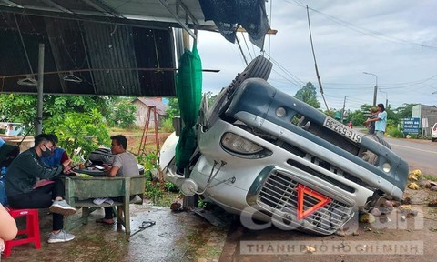Xe bồn lật vào lề đường, cột điện 'cứu' một nhà dân