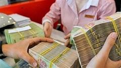 Lãi suất tiết kiệm giảm mạnh, người dân vẫn ồ ạt gửi tiền vào ngân hàng