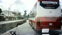 Xe cứu thương liên tục hú còi, xe khách vẫn chèn ép không nhường đường