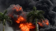 Ảnh: Cháy dữ dội kho hóa chất ở Long Biên, thùng phuy phát nổ bay cao hàng chục mét