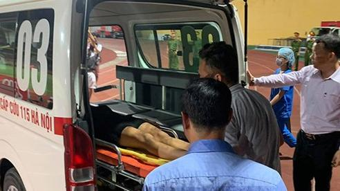 Nữ CĐV bị ngất ở sân Hàng Đẫy