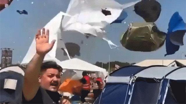 Dở khóc dở cười với cảnh tượng lễ hội cắm trại bị lốc xoáy, cuốn hết lều trại 'nhảy múa' trên cao