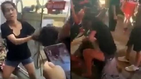 Cô gái trẻ bị nhóm người túm tóc, đè lên người đấm đá dã man