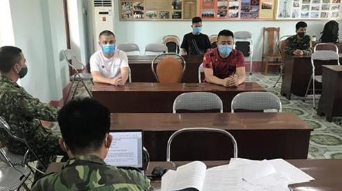 2 người Việt Nam dùng xe máy chở 3 người Trung Quốc nhập cảnh trái phép qua biên giới