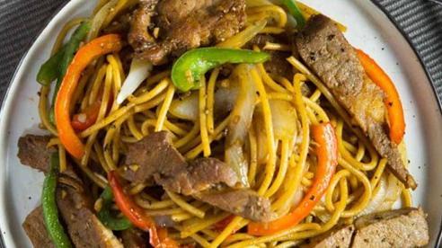 Mì xào với thịt áp chảo vừa ngon vừa đủ chất cho bữa tối