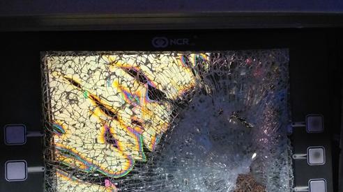 Rút tiền bị 'nuốt' thẻ, nam thanh niên 'nổi cơn thịnh nộ' đập nát màn hình ATM