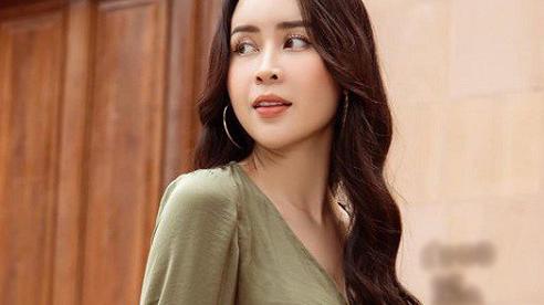 Style mát rượi ngày hè của bà xã nhạc sĩ Hồ Hoài Anh, chị em nên học ngay cách chọn chất liệu tinh tế và sành điệu này
