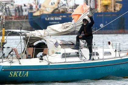 Bất chấp dịch bệnh, con trai vượt biển một mình để gặp cha