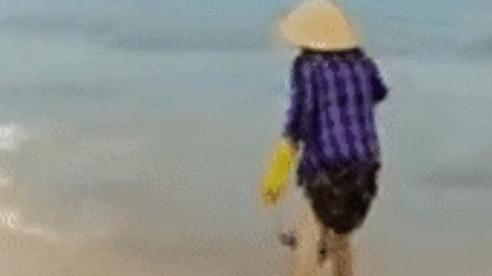 Bị nhắc nhở khi đổ rác ra biển, người phụ nữ có hành động khiến nhiều người phẫn nộ