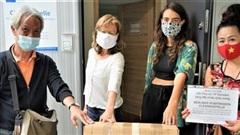 Đức: Hội Phụ nữ người Việt thành phố Dresden trao tặng khẩu trang cho tổ chức nhân đạo ở Berlin