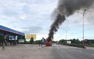 Huế: Xe đầu kéo bốc cháy dữ dội bên cây xăng