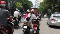 Bức ảnh hot nhất trưa nay: 2 cô gái 'diễu hành' trên phố, người ngồi sau có hành động khiến tất cả kinh sợ
