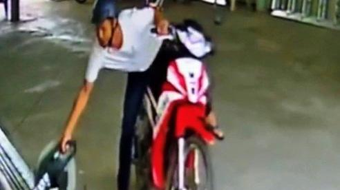 CLIP: Kẻ trộm ngang nhiên chạy xe vào bến đò cuỗm máy cắt sắt