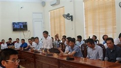 Phụ huynh miền núi Hà Tĩnh lên tỉnh phản đối giải thể trường cấp 3