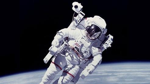 Chùm ảnh 'vô cực': Phi hành gia NASA đi bộ ngoài không gian suốt 6 giờ để thay pin