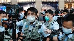 Cảnh sát Hong Kong ập lên máy bay, bắt giữ một nam thanh niên chuẩn bị sang Anh