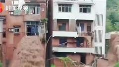 Nước lũ tuôn ào ạt như thác từ cửa sổ tầng 3 nhà dân trong trận lũ lụt nghiêm trọng nhất 2 thập kỷ ở Trung Quốc