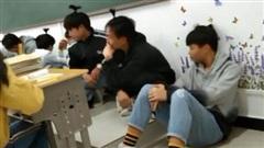 Không làm bài tập tiếng Anh, hội nam sinh bị thầy giáo phạt bá đạo, người ngoài nhìn vào chỉ biết cười lăn lóc