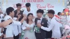 CLIP: Hội ế vợ trao túi quà đặc biệt, đeo quanh cổ cô dâu chú dể khiến cặp đôi cười không ngớt
