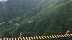 'Bóc tem' cầu treo mạo hiểm ở Việt Nam, nhìn khung cảnh và sự tung tăng của người tham gia khiến ai cũng muốn thử ngay!