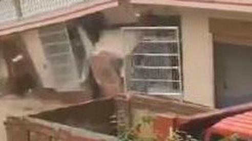 Trung Quốc: Mưa lớn nhiều ngày khiến ngôi nhà 2 tầng sụp đổ và bị cuốn trôi, chủ nhà đi vắng may mắn không có thương vong