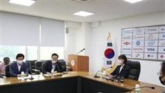 Cầu thủ bóng ném Hàn Quốc tố cáo đàn anh tấn công, phi dao vào người