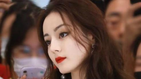 Fan cuồng cầu hôn Địch Lệ Nhiệt Ba vẫn tiếp tục đeo bám thần tượng tại sự kiện mới