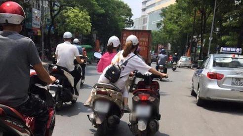 Hai cô gái dắt xe như diễn xiếc trên đường phố khiến người thót tim nhưng khi nhìn những màn chở hàng này thì còn hoang mang tột độ