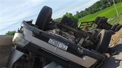 Xe Container chở gỗ lật ngửa bốc cháy, dân phá cửa cứu phụ xe cùng tài xế