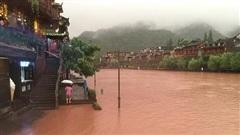 Phượng Hoàng cổ trấn 'đổi màu' do mưa lũ nghiêm trọng