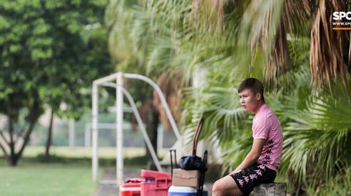 Quang Hải chưa hết chấn thương đã lại gặp bệnh, ngồi lẻ loi xem đồng đội tập luyện trước trận 'derby Hà Nội'