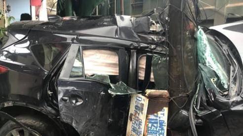 Ô tô 4 chỗ bẹp dúm sau cú húc của xe tải ở Quảng Ninh