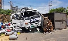 Tai nạn giữa xe chở bình gas và ôtô chở gỗ