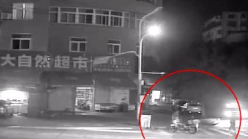 Cháu gái đến ngủ ở nhà ông bà ngoại nhưng 3 giờ sáng lại được tìm thấy giữa đường phố, lý do khiến cả nhà sợ hãi
