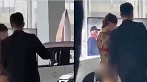 Kiều nữ mặc đồ như không mặc khi đi mua ô tô, phần trên xuyên thấu phần dưới chẳng có gì khiến ai cũng ngỡ ngàng