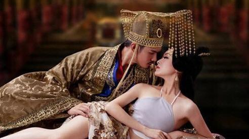 Ca kỹ lọt vào mắt xanh của vua và nhờ kỹ năng phòng the tuyệt đỉnh mà bước lên ngôi Hoàng hậu, làm đẹp bằng cách thức kinh dị đến cả đời chẳng thể có con