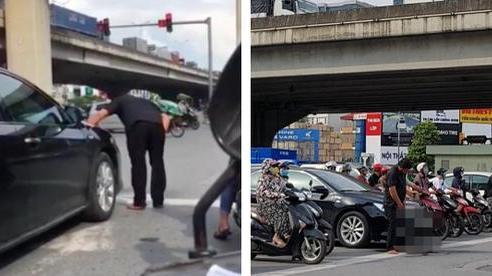 Dừng ở ngã tư, người đàn ông bước đến cạnh ô tô và có hành động khiến cả phố hoảng hốt, 'đỏ mặt' quay đi